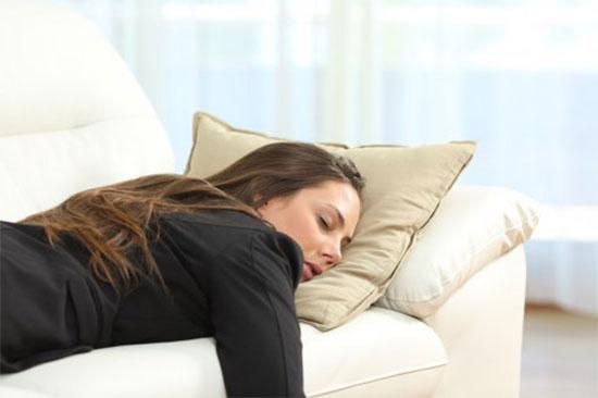 Почему человек много спит – причины гиперсомнии
