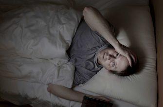 Мужчина страдает от бессонницы - фото